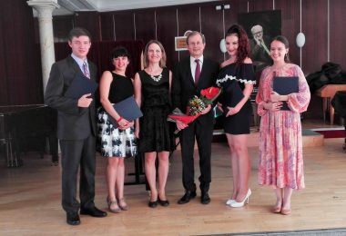 Čerství absolventi HDU s riaditeľom školy a s triednou profesorkou Mgr. Máriou Podivinskou